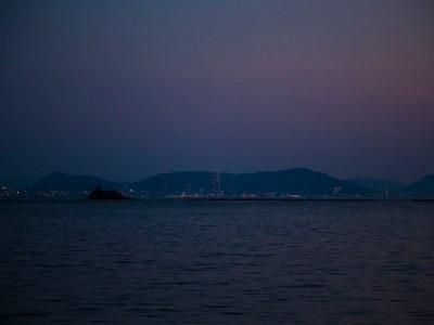 大島より対岸にのぞむ高松の灯。