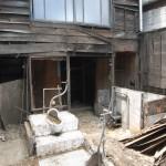 改修4日目(7/29):中庭のトイレとお風呂も全て解体!