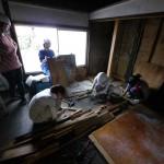 改修4日目(8/5):2階にあった木材の釘を抜く作業中